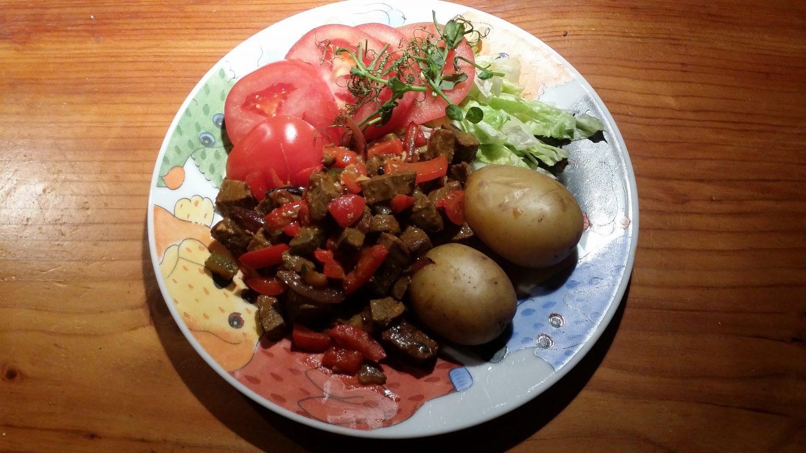 Laurasella perunaa, kasvisgulassia ja salaattia
